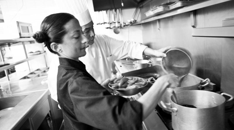 Mujeres vencen desigualdad y ganan terreno en las cocinas